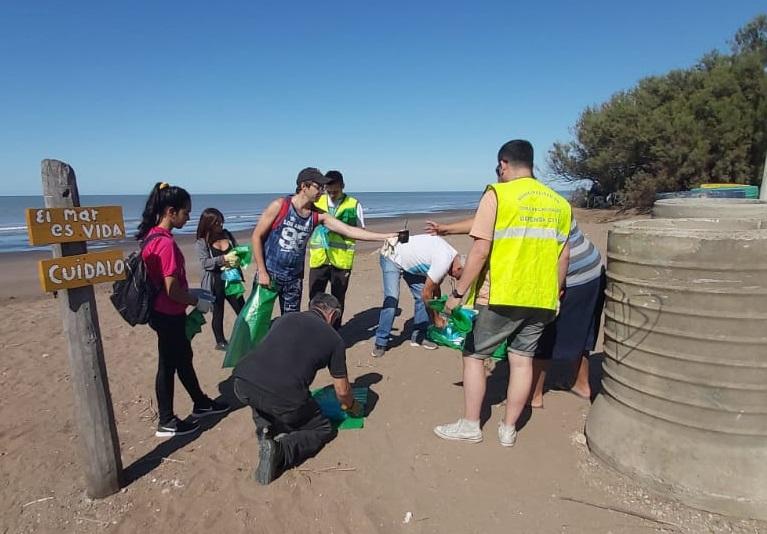 Comenzó la limpieza voluntaria de las costas del distrito